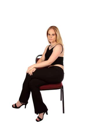 feministische: Model zitten in een feministische stijl op stoel, geïsoleerde