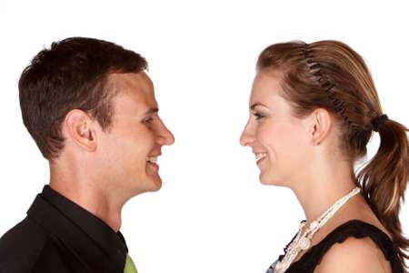 Jeune couple dans l'amour en face de l'autre rire et sourire Banque d'images