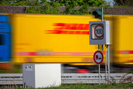 100 kmh  Road speed control with traffic, Germany Stockfoto