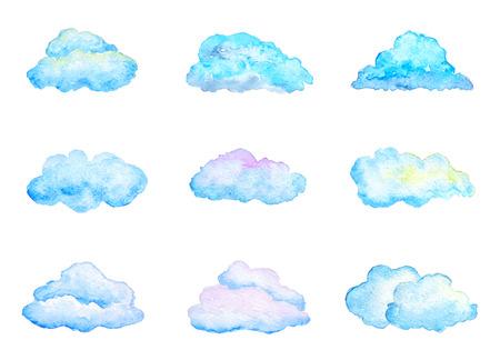 wolkenhimmel: Set Bright Blue Aquarell Wolken, isoliert auf weiß, Hand gezeichnet und gemalt