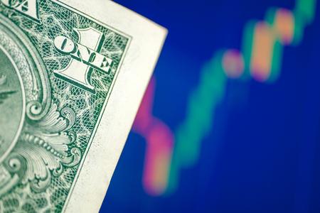 Le concept de croissance du taux de change du dollar américain. Un dollar sur un fond de graphique bleu.