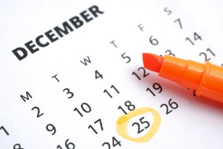 Weihnachtskonzept. Der 25. Dezember ist im Kalender 2019 mit einem orangefarbenen Marker gekennzeichnet. Standard-Bild