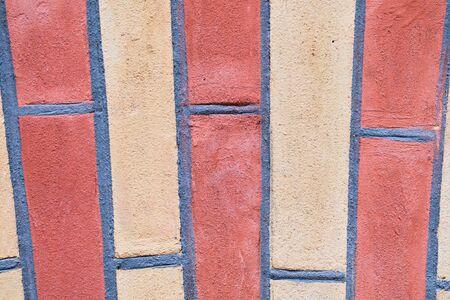 Backsteinmauer aus weißen und roten Farbtönen hautnah