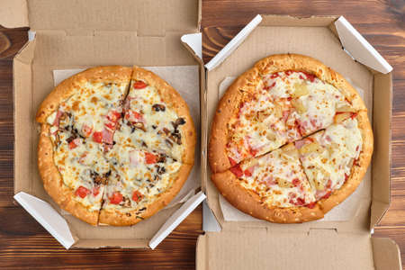 Pizza carbonara and Hawaiian packaged for delivery with top view. Banque d'images
