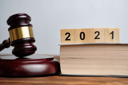 The concept of new laws in 2021 next to the judge hammer. Banque d'images