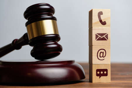 The judge hammer is next to the contact icons by phone, e-mail and messenger Banque d'images