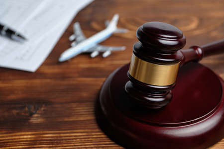 The concept of revoking a flight license next to a judge hammer. Banque d'images