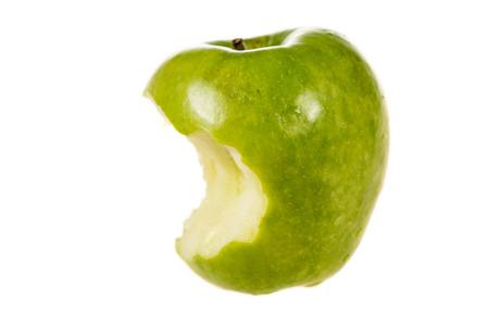 녹색 사과는 씹어 먹었다.