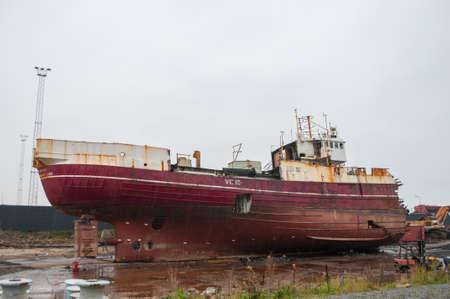 oude trawler wordt gesloopt in Esbjerg Port in Denemarken Stockfoto
