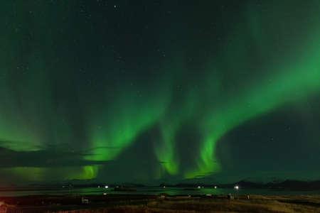 Aurores boréales dans la campagne islandaise de Hornafjordur