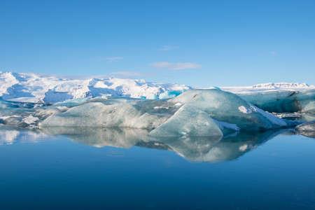 Eisberge in der Jökulsárlón-Gletscherlagune in Südisland mit dem Vatnajökull-Gletscher im Hintergrund Standard-Bild