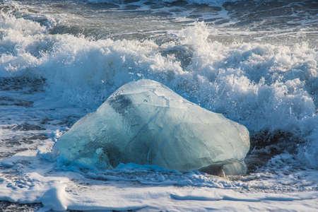 Góry lodowe na wybrzeżu Diamond Beach w pobliżu Jokulsarlon w południowej Islandii