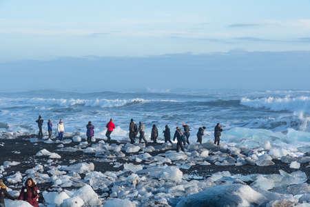 Jokulsarlon Iceland - February 17. 2019: Tourists among the breidamerkursandur beach, often called Diamond beach 版權商用圖片 - 140147520