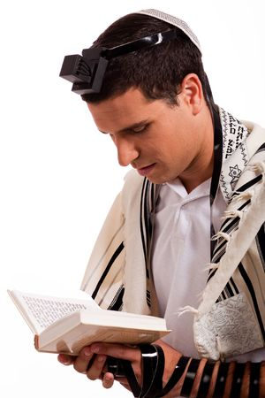 prayer hands: Close up di un giovane ebreo con libro su sfondo bianco isolato