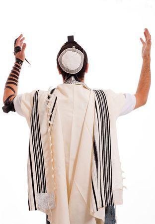 Widok z tyłu żydowskiej mężczyzn umieścić phylactery na tle izolowane Zdjęcie Seryjne