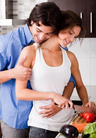 Romantique jeune couple b�n�ficiant de leur amour de la cuisine