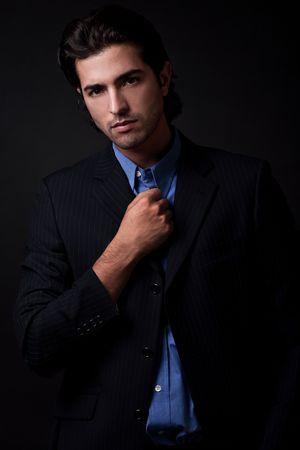 Retrato de hombre de negocios de jóvenes vistiendo blazers