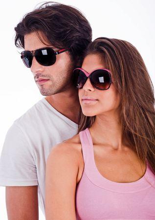 jeune couple en vue du c�t� droit de la recherche avec des lunettes de soleil  Banque d'images