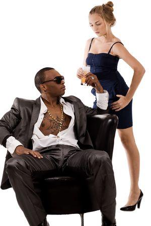 Jonge dame biedt SAP tot de zwarte mens op een geïsoleerd witte achtergrond Stockfoto