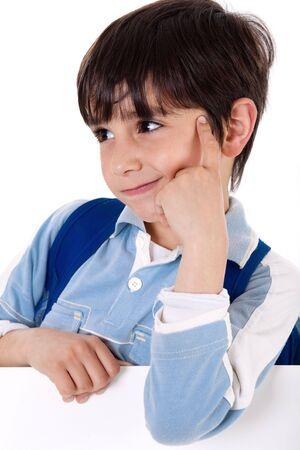 ni�os pensando: Retrato de un ni�o de la escuela adorable pensando sobre fondo blanco de aislados  Foto de archivo