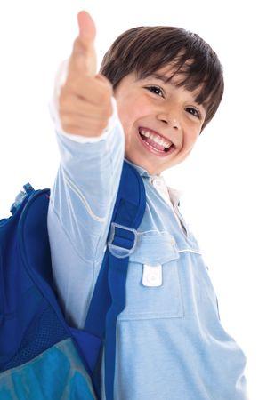 jardin de infantes: Sonriente muchacho jard�n kinder da pulgares sobre fondo blanco aislado