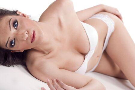 Magnifique mod�le en bikini sur fond blanc isol�e  Banque d'images