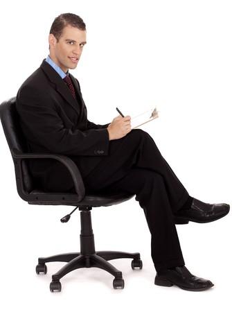 gente sentada: hombres de negocios profesional tomando notas sentado en la silla de ruedas sobre un fondo blanco
