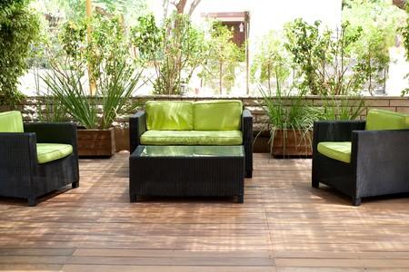 Lieu de vie avec canapé pour se reposer à l'extérieur de la maison