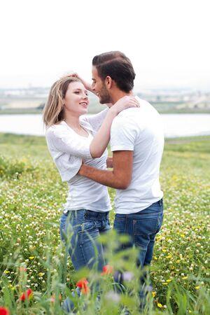 making love: Close up tiro de par hacer el amor en el Parque Foto de archivo