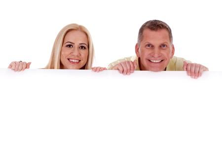 Homme et femme tenant Conseil blanc vide et souriant � cam�ra  Banque d'images