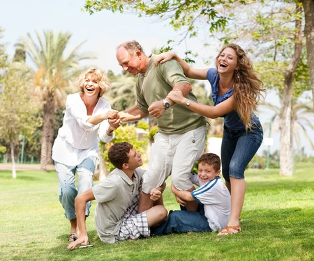 abuelos: Abuelos haber picnic con nietos, retrato de familia ampliada  Foto de archivo