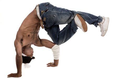Danseuse �quilibrer ses genoux avec ses coudes sur fond blanc isol�e  Banque d'images