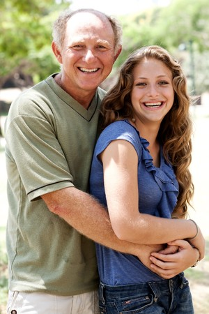padre e hija: Padre a�os abrazando a su hija y mirando la c�mara  Foto de archivo