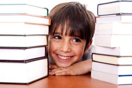 Zicklein, entspannende zwischen Stapel der Bücher und looking away