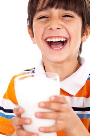 ni�os desayuno: Sonriente a joven sosteniendo un vaso de leche sobre un fondo blanco aislado