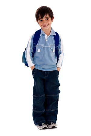 ni�o parado: Chico joven escuela permanente sobre fondo blanco de aislados