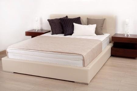 Intérieur de la chambre à coucher moderne dans un nouvel appartement
