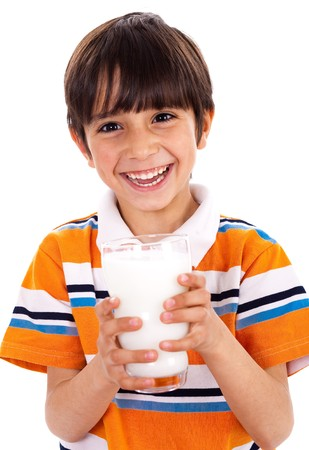 osteoporosis: Chico joven sosteniendo un vaso de leche aislado sobre fondo blanco