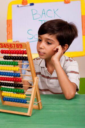 �baco: Un estudiante resolver una asignaci�n de matem�ticas utilizando un �baco