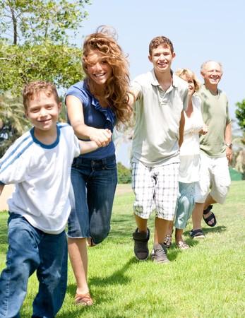 Portrait de heureux cha�ne familiale de main en tenant les uns des autres