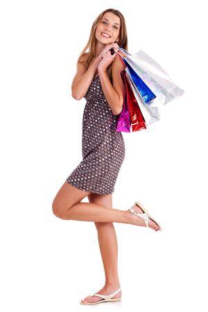 Heureuse jeune femelle retient ses sacs � provisions isol�s sur un fond blanc