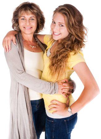 madre e hija: Madre e hija abrazando mutuamente aisladas sobre fondo blanco.