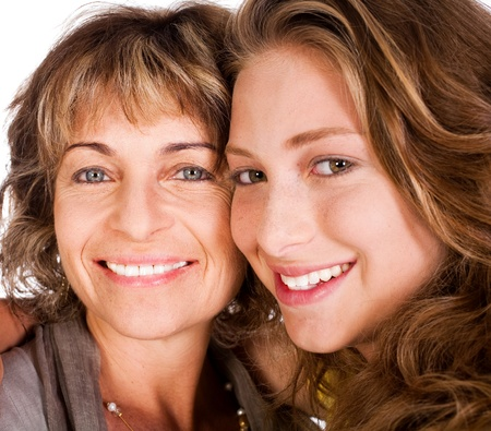 Close-up of smiling elder mum and daughter facing camera... Stockfoto