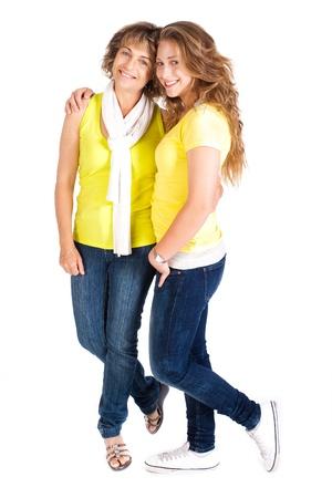 madre e hija: Hija linda joven abrazando a su madre, en el interior aislada sobre fondo blanco.
