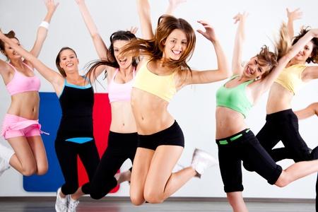 Entusiasta grupo de mujeres que se divierten durante la clase de aeróbicos. Foto de archivo