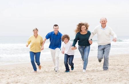 Famille heureuse s'amuser en vacances à la plage Banque d'images