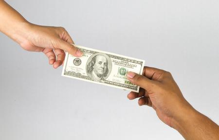 dare soldi: Dare mano denaro su sfondo bianco Archivio Fotografico