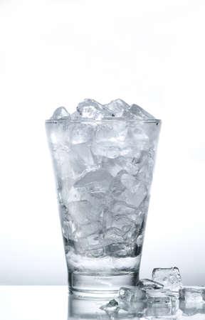 cubetti di ghiaccio: Cubetti di ghiaccio nel bicchiere