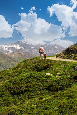 Père avec son fils de randonnée dans les Alpes suisses, montagne, Rinerhorn Davos, Grisons, Suisse Banque d'images - 30138126