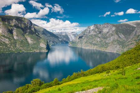 Magnifique vue Aurlandsfjord une branche de Sognefjord de Stegastein point de vue, la Norvège Banque d'images - 30311065